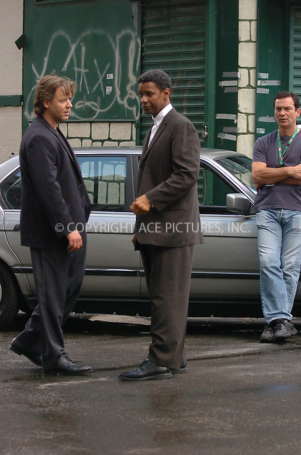 WWW.ACEPIXS.COM . . . . . ....September 16, 2006, New York City. ....Russell Crowe and Denzel Washington on the movie set of 'American Gangster'.  ....Please byline: AJ Sokalner - ACEPIXS.COM..... *** ***..Ace Pictures, Inc:  ..(212) 243-8787 or (646) 769 0430..e-mail: info@acepixs.com..web: http://www.acepixs.com