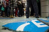 SÃO PAULO, SP, 07.06.2013 - TRANSPORTE PÚBLICO / PROSTESTO - Manifestantes do protesto contra o aumento da tarifa do transporte público de São Paulo desafiam seguranças do Metrô na estação Faria Lima, zona oeste da capital paulista, na noite desta sexta-feira. Ontem, o Movimento Passe Livre promoveu uma manifestação com o mesmo tema na região central da cidade. O protesto, porém, acabou resultando em confronto e deixou um rastro de vandalismo em avenidas como a 23 de Maio, a Nove de Julho e Paulista. Com isso, 15 pessoas foram detidas. (Foto: Alexandre Moreira / Brazil Photo Press).