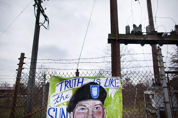 JL12 FORT MEADE (EE.UU.), 17/12/2011.- Vista de un cartel de apoyo al soldado estadounidense Bradley Manning, acusado de filtrar miles de documentos secretos de EEUU a WikiLeaks, en el exterior de Fort George Meade (Maryland, EE.UU.) durante el segundo día de la audiencia que se celebra contra él en Fort George Meade hoy, sábado 17 de diciembre de 2011. EFE/Jim Lo Scalzo