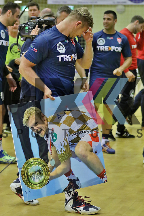 Kolding, 15.06.15, Sport, Handball, Allstar Game, Verabschiedung Lasse Boesen, EM Guld 2008 hold vs. Lasse Boesen All stars : Ehrung / Geschenk f&uuml;r Lasse Boesen (Lasse Boesen All stars, #03)<br /> <br /> Foto &copy; P-I-X.org *** Foto ist honorarpflichtig! *** Auf Anfrage in hoeherer Qualitaet/Aufloesung. Belegexemplar erbeten. Veroeffentlichung ausschliesslich fuer journalistisch-publizistische Zwecke. For editorial use only.