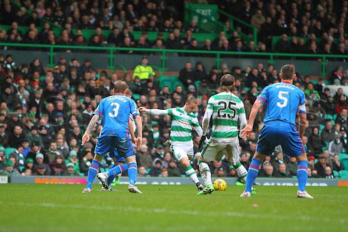 20.02.2016. Celtic Park, Glasgow, Scotland. Scottish Premier League. Celtic versus Inverness CT. Leigh Griffiths shoots from the edge of the box