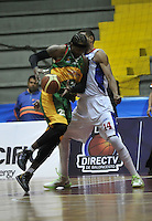 BOGOTA - COLOMBIA: 25-10-2013: John Hernandez (Der.) jugador de Guerreros de Bogota, disputa el balón con Cristopher Moore (Izq.) de  Caribbean Heat de Cartagena, octubre 25 de 2013. Guerreros de Bogota y Caribbean Heat de Cartagena , durante partido de la fecha 31 de la fase I de la Liga Directv Profesional de Baloncesto 2 en partido jugado en el Coliseo El Salitre. (Foto: VizzorImage / Luis Ramirez / Staff). John Hernandez (R) of Guerreros from Bogota disputes the ball with Cristopher Moore (L) from Caribbean Heat de Cartagena, October 25, 2013. Guerreros de Bogota y Caribbean Heat de Cartagena during a match for the 31 date of the Fase II of the League of Professional Directv Basketball 2 game at the El Salitre Coliseum. (Photo. VizzorImage / Luis Ramirez / Staff)