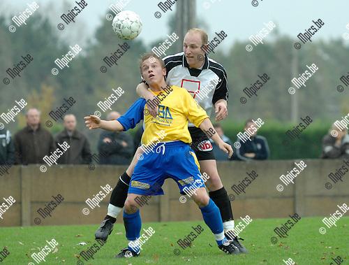 2007-10-28 / Voetbal / Vlimmeren Sport - FC De Kempen /  Filip Robben van De Kempen met Wim Dillen van Vlimmeren in de rug