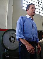 ATENÇÃO EDITOR: FOTO EMBARGADA PARA VEÍCULOS INTERNACIONAIS SÃO PAULO,SP,17 SETEMBRO 2012 - RUSSOMANO  -O candidato à Prefeitura de São Paulo, Celso Russomanno (PRB), visitou na manhã de hoje  a Fábrica de Alumínios Vigor, localizada na Rua Gomes, 693- Chácara Belenzinho.FOTO ALE VIANNA - BRAZIL PHOTO PRESS.