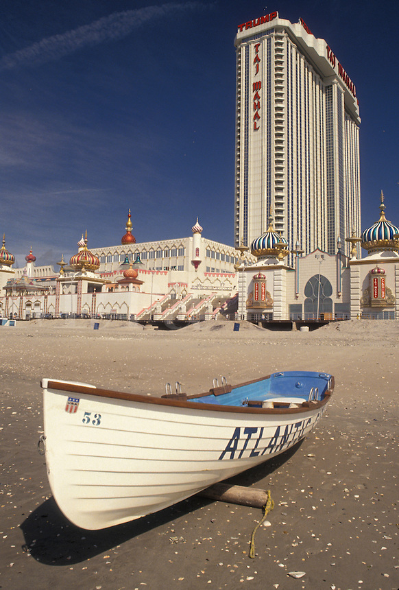 AJ4335, Atlantic City, casino, beach, New Jersey, Atlantic Ocean, Life boat on the beach in front of the Taj Mahal Casino Hotel in Atlantic City in the state of New Jersey.