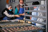 Quer&eacute;taro, Qro. 11 de febrero de 2015.- &quot;Pan que ayuda&quot; es el resultado de un trabajo colectivo que inici&oacute; como un proyecto de la Asociaci&oacute;n Civil, Queretanos, en donde se inicia una serie de talleres de proyectos productivos para personas con discapacidad con la finalidad de volverse autosustentables. De &eacute;sta forma el proyecto de generar productos com las galletas, se convierte en una cooperativa para generar empleos a personas con discapacidad. As&iacute; nace Pan que ayuda; una cooperativa que emplea a 15 personas directamente en su econom&iacute;a con la elaboraci&oacute;n y comercializaci&oacute;n de galletas tipo gourmet que est&aacute;n en los m&aacute;s altos est&aacute;ndares de calidad y sabor que ning&uacute;n producto similar existe en el mercado queretano.Entre los empleados de esta cooperativa hay personas con discapacidad motriz, visual, tercera edad, mujeres embarazadas. Entre los que destaca el jefe de producci&oacute;n, quien tiene una discapacidad visual. Su antiguo trabajo era la joyer&iacute;a, sin embargo actualmente es el m&aacute;s en&eacute;rgico vigilante de que las galletas mantengan una alta calidad. <br /> <br />  Una vez listas las galletas empresas socialmente responsables son clientes asiduas de estos productos, adem&aacute;s de que les benefician en los indicadores de responsabilidad al dar empleo a personas con discapacidad; adem&aacute;s de estar en permanente presencia en los festivales o ferias de productores. <br /> <br /> Para encontrar Pan que ayuda, basta visitar cualquiera de las tiendas Soriana, o directamente en el tel&eacute;fono 2156747, e incluso en la pagina de FaceBook Pan Q Ayuda.<br /> <br /> <br /> Foto: Demian Ch&aacute;vez / Obture.