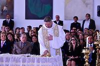 ATENCAO EDITOR IMAGENS EMBAGADAS PARA VEICULOS INTERNACIONAIS - SAO PAULO, SP, 30 SETEMBRO 2012 - VELORIO HEBE CAMARGO - Padre Marcelo Rossi comparece ao velório do corpo da apresentadora Hebe Camargo, no Palácio dos Bandeirantes, sede do Governo do Estado de São Paulo, na capital paulista, na madrugada deste domingo, 30. Hebe morreu hoje aos 83 anos, de parada cardíaca, na sua casa no bairro do Morumbi, na capital paulista. Diagnosticada com câncer no peritônio em janeiro de 2010, ela lutava contra a doença desde então. (FOTO: LEVI BIANCO / BRAZIL PHOTO PRESS).