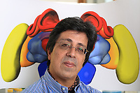 "Prof. Martin Guirfa in front of a diagram of a bee's brain. <br /> Prof Martin Giurfa's team (CNRS) at the University of Toulouse III - Paul Sabatier has shown that bees were also ""capable of generating then manipulating concepts in order to access a source of food"". What is remarkable, specified the professor, is that they can even use two different concepts to make a decision when faced with a new situation. This work, the CNRS confirms in a communiqué, ""brings into question many theories in domains such as animal cognition, human psychology, neurosciences and artificial intelligence"".///Pr Martin Guirfa devant la représentation d'un cerveau d'abeille.L'équipe du Pr Martin Giurfa (CNRS) à l'Université Toulouse III - Paul Sabatier, a démontré que des abeilles étaient également ""capables de générer puis de manipuler des concepts afin d'accéder à une source de nourriture"". ""Ce qui est remarquable, a précisé le professeur, c'est qu'elles peuvent même utiliser deux concepts différents afin de prendre une décision face à une situation nouvelle"". Ces travaux, affirme le CNRS dans un communiqué, ""remettent en cause de nombreuses théories dans des domaines tels que la cognition animale, la psychologie humaine, les neurosciences et l'intelligence artificielle""."