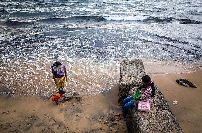 Sri Lanka, dec 2015. Locals meet at the Galle Face Green on sunday afternoon.Colombo,