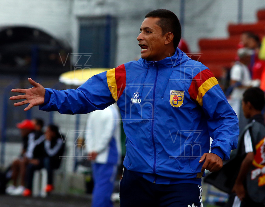 BUGA -COLOMBIA-14-03-2015. Cesar Torres técnico de Popayán gesticula durante el encuentro entre América de Cali y Universitario de Popayán por la fecha 5 del Torneo Aguila 2015 jugado en el estadio Hernando Azcarate de la ciudad de Buga./ Cesar Torres coach of Popayan gestures during the match between America de Cali and Universitario de Popayan for the 5th date of Aguila Tournament 2015  played at Hernando Azcarate stadium in Buga city. Photo: VizzorImage/Juan C. Quintero/STR