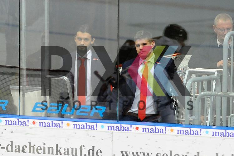 Mannheims Dominik Bittner (Nr.52) und rechts Mannheims Martin Buchwieser (Nr.16) als Zuschauer beim Spiel im Spiel in der DEL, Adler Mannheim - Grizzly Adams Wolfsburg.<br /> <br /> Foto &copy; P-I-X.org *** Foto ist honorarpflichtig! *** Auf Anfrage in hoeherer Qualitaet/Aufloesung. Belegexemplar erbeten. Veroeffentlichung ausschliesslich fuer journalistisch-publizistische Zwecke. For editorial use only.