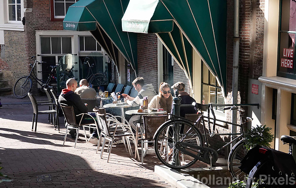 Nederland - Amsterdam -  2019. Terrasje in de binnenstad. Cafe de Hartjes.   Foto Berlinda van Dam /  Hollandse Hoogte