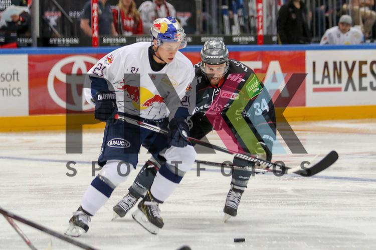 Koelns Dane Byers (Nr.34) im Zweikampf mit Muenchens Dominik Kahun (Nr.21)  beim Spiel der DEL, Koelner Haie (dunkel) - EHC Red Bull Muenchen (weiss).<br /> <br /> Foto &copy; PIX-Sportfotos *** Foto ist honorarpflichtig! *** Auf Anfrage in hoeherer Qualitaet/Aufloesung. Belegexemplar erbeten. Veroeffentlichung ausschliesslich fuer journalistisch-publizistische Zwecke. For editorial use only.