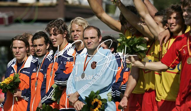 NLD-20050904-Leipzig-EK HOCKEY :  finale Nederland-Spanje 2-4. Oranje verspeelde de overwinning in de laatste minuten. Beteuterd kijken de spelers van Nederland toe als de Spanjaarden feestvieren.. vlnr Robert Derikx, Timme Hoyng,Robert-Jan Derikx,Floris Evers en doelman Guus Vogels.