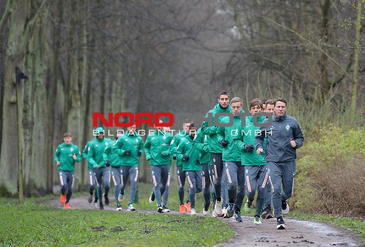 30.03.2015, B&uuml;rgerpark, Bremen, GER, 1.FBL, Training Werder Bremen, im Bild Werder beim Lauftraining, vorne, Reinhard Schnittker (Athletiktrainer Werder Bremen), Clemens Fritz (Bremen #8), Felix Kroos (Bremen #18), Koen Casteels (Bremen #20), Raphael Wolf (Bremen #1), Alejandro Galvez (Bremen #4), Franco Di Santo (Bremen #9)<br /> <br /> Foto &copy; nordphoto / Frisch