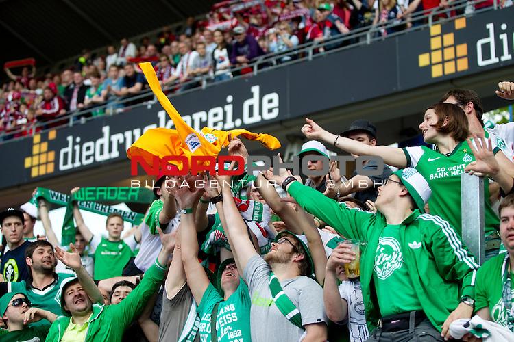 18.05.2013, Grundig Arena, Nuernberg, GER, 1.FBL, 1. FC Nuernberg vs Werder Bremen, im Bild  +fans streiten sich um das trickot von Sebastian Mielitz (Bremen #1)/ Foto © nph / Straubmeier