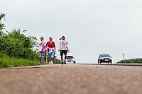 BELÉM, PA, 09.10.2014 - ROMEIROS / CÍRIO DE NAZARÉ / BELÉM - PARÁ  - Romeiros peregrinos de diversas cidades do Pará fazem romaria com destino a Belém pela na BR-316 na manhã desta quinta-feira (09). Romeiros fazem parte de uma legião de devotos que vêm até a capital paraense participar dos festejos do Círio de Nossa Senhora de Nazaré. BR-316 ficam cheios  de romeiros que deixam suas cidades, em um ato de fé, devoção e momento de celebração .Durante todo o trajeto encontram voluntários que realizam a distribuição de água, sucos e lanches para os caminhantes. Alguns grupos chegam a percorrer cerca de 190km até a capital  Belém.  (Foto: Paulo Lisboa / Brazil Photo Press)