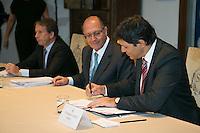 SAO PAULO, SP,  22 DEJANEIRO DE 2013.  ENCONTRO ALCKMIN E HADDAD.  O governador Geraldo Alckmin e o prefeito Fernando Haddad durante reunião nesta terça-feira, 22, no Palácio dos Bandeirantes onde foram assinados acordos de  cooperação entre a prefeitura e o governo do Estado. FOTO: ADRIANA SPACA / BRAZIL PHOTO PRESS