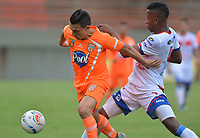 ENVIGADO -COLOMBIA, 18-10-2018: Wilfrido de la Rosa (Izq) jugador de Envigado FC disputa el balón con Mairon Quiñones (Der) jugador de Deportivo Pasto durante partido por la fecha 15 de la Liga �guila II 2018 realizado en el Polideportivo Sur de la ciudad de Envigado. / Wilfrido de la Rosa (L) player of Envigado FC fights for the ball with Mairon Quiñones (R) player of Deportivo Pasto during match for the date 15 of the Aguila League II 2018 played at Polideportivo Sur in Envigado city.  Photo: VizzorImage/ León Monsalve / Cont