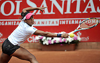 BOGOTÁ - COLOMBIA - 23-02-2013: Teliana Pereira de Brasil, devuelve la bola a Paula Ormaechea de Argentina, durante partido por la Copa de Tenis WTA Bogotá, febrero 23 de 2013. (Foto: VizzorImage / Luis Ramírez / Staff).Teliana Pereira from Brasil returns the ball to Paula Ormaechea from Argentina, during a match for the WTA Bogota Tennis Cup, on February 23, 2013, in Bogota, Colombia. (Photo: VizzorImage / Luis Ramirez / Staff)................