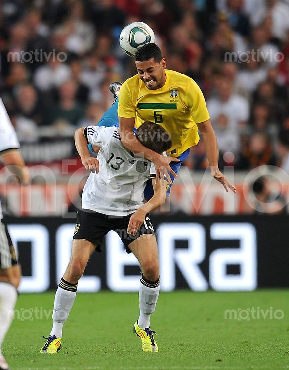 FUSSBALL INTERNATIONAL  Freundschaftsspiel  10.08.2011 Deutschland - Brasilien Thomas MUELLER (li, Deutschland) gegen Andre SANTOS (re, Brasilien)