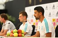 Sami Khedira (Deutschland Germany) in der Pressekonferenz - 26.05.2018: Pressekonferenz der Deutschen Nationalmannschaft zur WM-Vorbereitung in der Sportzone Rungg in Eppan/Südtirol