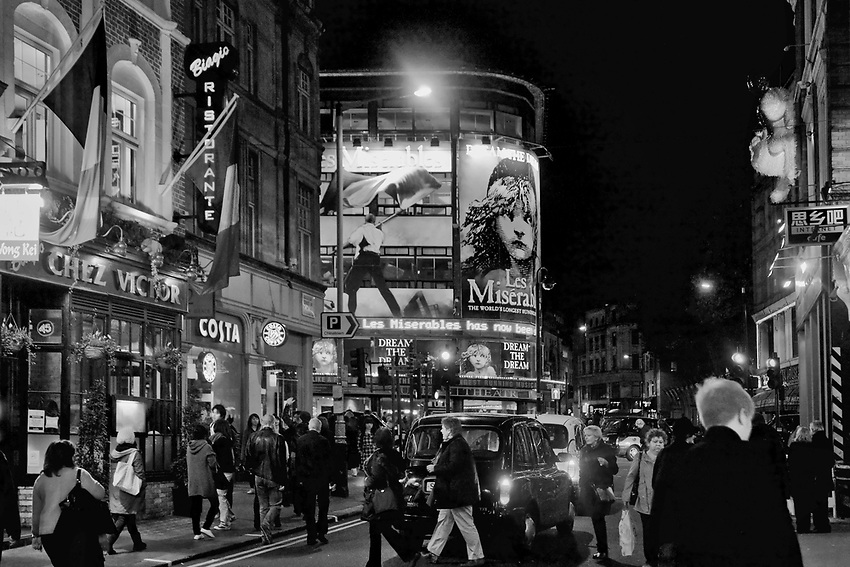 Londyn, 2009-03-05.  Piccadilly Circus, plac i skrzyżowanie głównych ulic w centrum rozrywkowej dzielnicy West End. To miejsce spotkań londyńczykůw i atrakcja turystyczna Londynu