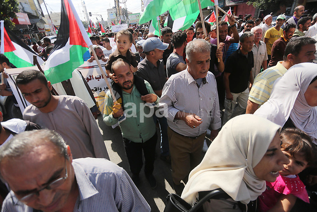 Palestinians of the Union of Agricultural Work Committees take part in a support of the Palestinian reconciliation, in Gaza city, on September 24, 2017. Palestinian President Mahmoud Abbas on Saturday said an announcement made by Hamas has practically met conditions set by the Palestinian leadership to end the division and achieve national reconciliation. Photo by Mohammed Asad