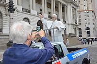 RIO DE JANEIRO, RJ, 09 DE JULHO DE 2013 -ESTÁTUA DO PAPA FRANCISCO-Estátua do Papa Francisco, em frente à Câmara dos Vereadores e ao teatro Municipa, na Cinelândia. O Pontífice virá pra o Rio de Janeiro durante a Jornada Mundial da Juventude, que acontece entre os dias 23 e 28 de julho. no centro do Rio de Janeiro nesta terça-feira 09.FOTO:MARCELO FONSECA/BRAZIL PHOTO PRESS