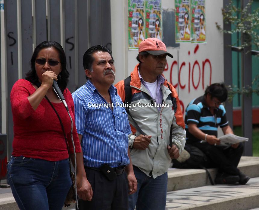 Oaxaca de Ju&aacute;rez. 15 de Julio de 2014.-Desde temprana hora, integrantes de la secci&oacute;n 22 del Sindicato Nacional de Trabajadores de la Educaci&oacute;n (SNTE), acordonaron el recinto de la LXII Legislatura del Congreso del Estado de Oaxaca, lo anterior en protesta del rechazo&nbsp; a los foros denominados &ldquo;Di&aacute;logos por la Educaci&oacute;n&rdquo;.<br /> &nbsp;<br /> El magisterio oaxaque&ntilde;o, adelant&aacute;ndose al foro que se realizar&iacute;a en dicho recinto ubicado en Jalpan, arribo desde temprana hora para ejecutar un bloqueo en la zona, asi mismo realizaron pintas en el recinto legislativo con consignas alusivas a su negativa con la Ley Educativa.<br /> &nbsp;<br /> A decir de Norma Cruz V&aacute;squez, representante regional de los Valles Centrales de este sindicato magisterial, esta acci&oacute;n se desemboco ante la declaraci&oacute;n de que se llevar&iacute;a el &uacute;ltimo de estos foros&nbsp; en la capital del estado; &ldquo;como secci&oacute;n 22 hay un acuerdo de asamblea estatal, y refiere al hecho de estar coberturando todos los foros en los diferentes sectores, en este caso valles centrales por ser el coraz&oacute;n pol&iacute;tico del sindicato y ante la convocatoria de la realizaci&oacute;n del ultimo foro, nos toc&oacute; movilizamos&rdquo;.<br /> &nbsp;<br /> Manifest&oacute; que a pesar de que se hab&iacute;a anunciado que estos foros serian suspendidos, prefirieron ser precavidos; &ldquo;previendo, ya que no estaban cancelados los foros, sino suspendidos, tomamos la determinaci&oacute;n de hacer el acordonamiento en este espacio&rdquo;.<br /> &nbsp;<br /> Cruz V&aacute;squez inform&oacute; que su jornada de lucha de este martes tuvo inicio desde las 7 de la ma&ntilde;ana y culmino con un mitin, sin embargo destac&oacute; que esto no quiere decir que con ello terminen sus acciones; &ldquo;dejamos en claro de que el hecho de que nos retiremos no quiere decir que estamos claudicando, sino que al contrario tendremo