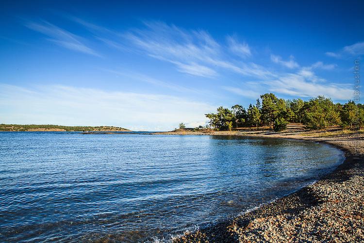 Strand vid havet på Knappelskär i Nynäshamn Stockholms skärgård.