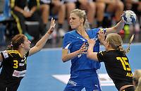 Handballl Champions League Frauen - HC Leipzig (HCL) gegen IK Sävehof/ Saevehof am 19.10.2013 in Leipzig (Sachsen). <br /> IM BILD: Susann Müller / Mueller (HCL) gegen Jenny Alm (r.) und Linn Blohm (l.) <br /> Foto: Christian Nitsche / aif
