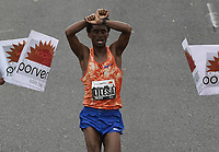 BOGOTÁ -COLOMBIA, 30-07-2017: Feyisa Lilesa de Etiopía, en categoría elite varones, se impuso en los 21 Km de la media maratón de Bogota 2017, mmB, con un tiempo de 1h 04m 30s. A la carrera asistieron más de 40.000 atletas. / Feyisa Lilesa of Ethiopia, in elite men category, won in the 21 Km of the Bogota Half Marathon 2017, mmB, with a time of 1h 04m 30s. At this edition were more than 40.000 athletes. Photo: VizzorImage/ Gabriel Aponte / Staff