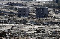 FRA27 RIKUZENTAKADA (JAPÓN) 14/03/2011.- Un destacamento de la policía busca víctimas entre los escombros en la localidad de Rikuzentakada, en la prefectura de Iwate (Japón) hoy, lunes 14 de marzo de 2011. Un total de 1.833 personas murieron y otras 2.369 se encuentran desaparecidas a causa del grave seísmo de 9 grados en la escala Richter sucedido el viernes y posterior tsumani, de acuerdo con el último recuento policial. EFE/Franck Robichon