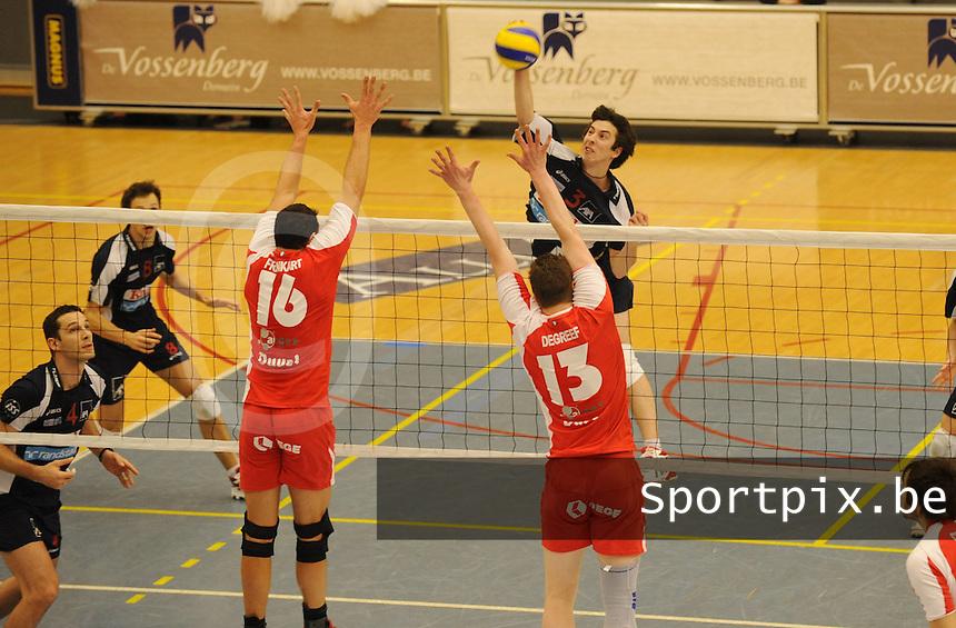 Knack Randstad Roeselare - Duvel Puurs..Milos Nikic wil voorbij Audry Frankart (16) en Tom Degreef (13)..foto DAVID CATRY / VDB