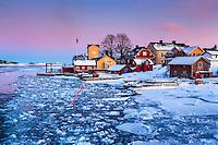 Is i farleden och snö vid Sandhamn på vintern i Stockholms skärgård.