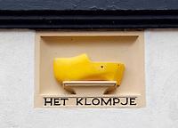 Gevelsteen met klomp in Zutphen. ( Let op:  foto heeft een kleine afmeting)