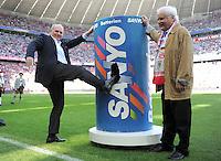 FUSSBALL   1. BUNDESLIGA  SAISON 2011/2012   33. Spieltag FC Bayern Muenchen - VfB Stuttgart       28.04.2012 Praesident Uli Hoeness (FC Bayern Muenchen) tritt in die Sanyo Tonne (Batterie)  die Juergen Klinsmann nach seiner Auswechslung getreten hat