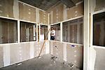 ZALTBOMMEL - In Zaltbommel zijn medewerkers van Hendriks Coppelmans uit Eindhoven begonnen aan de afbouw van de multifunctionele brede school De Waluwe. In opdracht van woningcorporatie De Woonlinie verrijst een gebouw dat ruimte gaat bieden aan ondermeer kinderopvang, buitenschoolse opvang, twee basisscholen, een gymzaal en een ontmoetingsruimte voor de buurt. Het complex moet in vrolijke gekleurde gevelelementen krijgen, wordt gebouwd voor mogelijk uitbreiding op het dak en krijgt op verzoek van de gemeente bodemverwarming en - verkoeling via grondbuizen. COPYRIGHT TON BORSBOOM