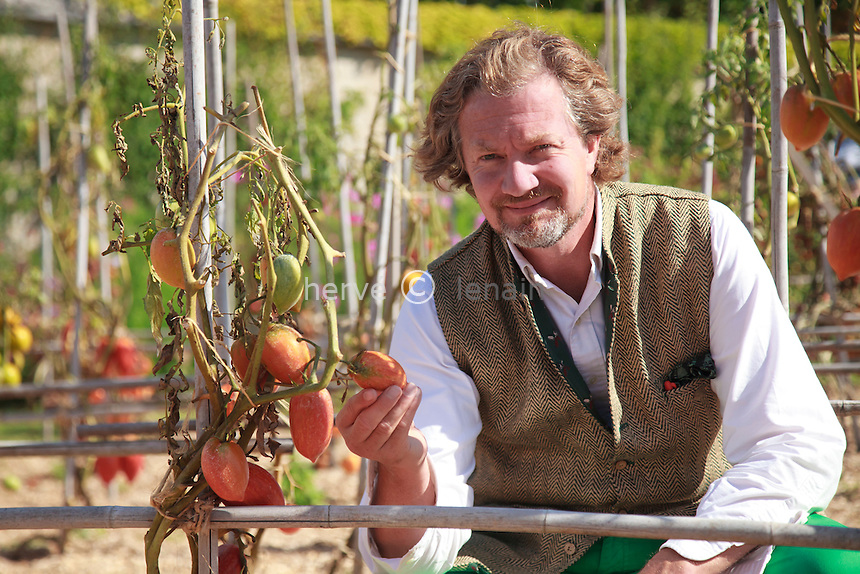 """France, Indre-et-Loire, Château de la Bourdaisière, les jardins, lieu du conservatoire de la tomate, Louis-Albert de Broglie surnommé """"le Prince Jardinier"""" au milieu de sa collection de tomates // France, Indre-et-Loire, the Château de la Bourdaisière, Louis-Albert de Broglie nicknamed """"le Prince Jardinier"""" (the Prince gardener) in his garden with the collection of tomatoes in his National Conservatory of tomato."""