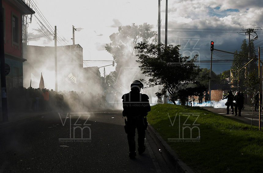 BOGOTA - COLOMBIA, 13-12-2018: Hoy se llevo acabo la ultima marcha del año, donde las universidades publicas salieron a la calle a exigir presupuesto para la educacion y como consecuencia se presentaron enfrentamientos entre los estudiantes y la policia, dejando como consecuencia, capturados, heridos y un herido de gravedad/Today it took place the last march of the year, where the public universities go to the street demanding budget for the public educaction and as cosecuense there presents confrontations between the students and the police, leaving some captured, inured and one gravity injured ; CORABASTOS, de la ciudad de Bogota. / . Photo: VizzorImage / Nicolas Aleman / Cont