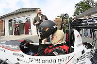 """Das DART-Team legt vor der großen öffentlichen Präsentation noch letzte Handgriffe an den Boliden """"Lambda 2016"""", Teamchef Rouven Welches steigt selbst in den Rennwagen"""