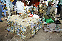 Somaliland. Waqohi Galbed province. Hargeisa.  Black muslim men are money changers in the Hargeisa town center. Somaliland bank notes. After a long war, on May 18, 1991, the major Somaliland clan, namely Isaqs, declared independence from the Somalia. Somaliland is an unrecognized de facto sovereign state located in the Horn of Africa. Hargeisa is the capital of Somaliland. © 2006 Didier Ruef