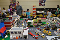 ATENÇÃO EDITOR: FOTO EMBARGADA PARA VEÍCULOS INTERNACIONAIS - SAO PAULO, SP, 11 NOVEMBRO DE 2012 – EXPOLUG BRASIL: Exposição de criações com blocos LEGO realizada por fãs, incluindo a famosa mini cidade. A exposição acontece no Colégio Benjamin Constant na Vila Mariana em São Paulo, com entrada é grauita. (FOTO: LEVI BIANCO / BRAZIL PHOTO PRESS).