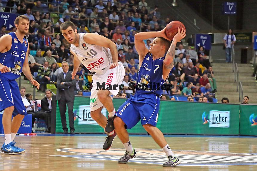 Konstantin Klein (Skyliners) gegen Jared Jordan (Bamberg) - Fraport Skyliners vs. Brose Baskets Bamberg, Fraport Arena Frankfurt