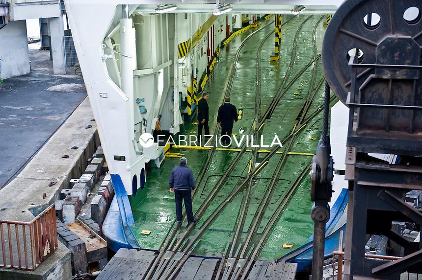 """La nave traghetto Scilla della compagnia Bluvia, Ferrovie dello Stato, collega Villa San Giovanni con Messina trasportando passeggeri con auto al seguito e treni. Nella foto i binari dei treni nella """"pancia"""" del traghetto."""