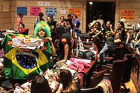 RIO DE JANEIRO, RJ, 26.09.2013 - PROFESSORES OCUPAM O PLENÁRIO  DA CAMARA - Professores continuam ocupando o plenário da câmara e a galeria B da câmara dos vereadores, nessa quinta feira 26. (Foto: Levy Ribeiro / Brazil Photo Press)