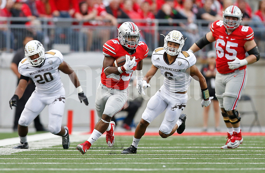 Ohio State Buckeyes running back Ezekiel Elliott (15) runs the ball in the third quarter of the college football game between the Ohio State Buckeyes and the Western Michigan Broncos at Ohio Stadium in Columbus, Saturday afternoon, September 26, 2015. The Ohio State Buckeyes defeated the Western Michigan Broncos 38 - 12. (The Columbus Dispatch / Eamon Queeney)