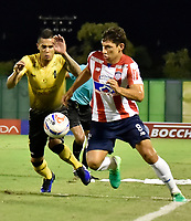 BARRANCABERMEJA- COLOMBIA - 24 - 07 - 2017: David Valencia (Izq.) jugador de Alianza Petrolera, disputa el balón con Roberto Ovelar (Der.) jugador de Atletico Junior, durante partido Alianza Petrolera y Atletico Junior, de la fecha 4 por la Liga Aguila II 2017 en el estadio Daniel Villa Zapata en la ciudad de Barrancabermeja. / David Valencia (L) player of Alianza Petrolera, figths the ball with Roberto Ovelar (R) player of Atletico Junior, during a match between Alianza Petrolera and Atletico Junior, for date 4th the Liga Aguila II 2017 at the Daniel Villa Zapata stadium in Barrancabermeja city. Photo: VizzorImage  / Jose D Martinez / Cont.