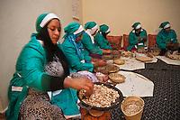 Afrique/Afrique du Nord/Maroc/Province d'Agadir/Tighanimine Elbaz: Fabrication artisanale de l'Huile d'Argan à la Coopérative féminine de Tighanimine Elbaz _ Torréfaction des amandons